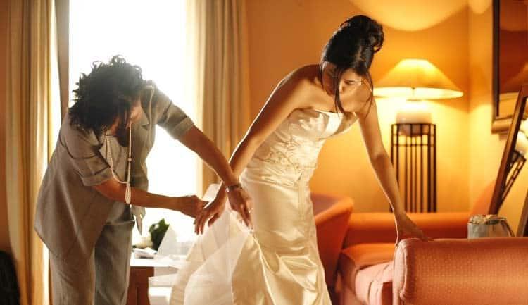 Madre de la novia arreglandoles el vestido.