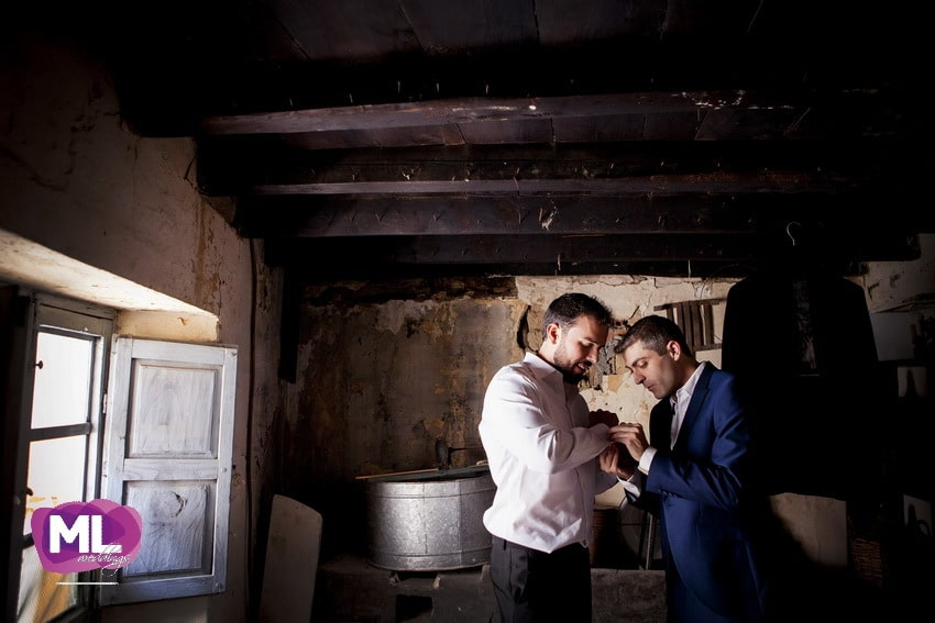 Momento del novio arreglandose para la boda