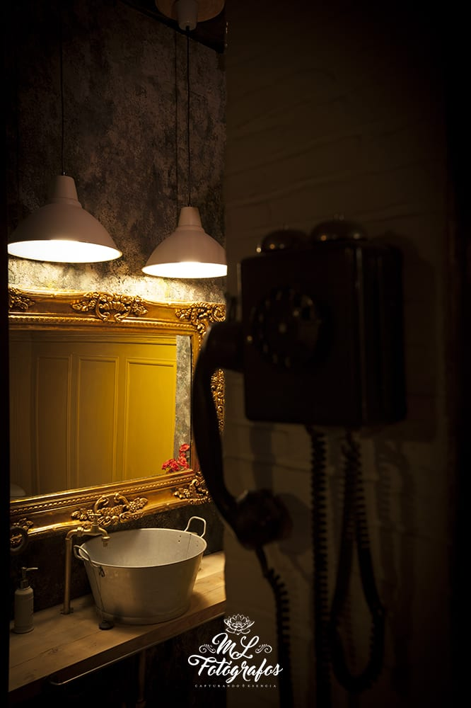 Teléfono antiguo y espejo