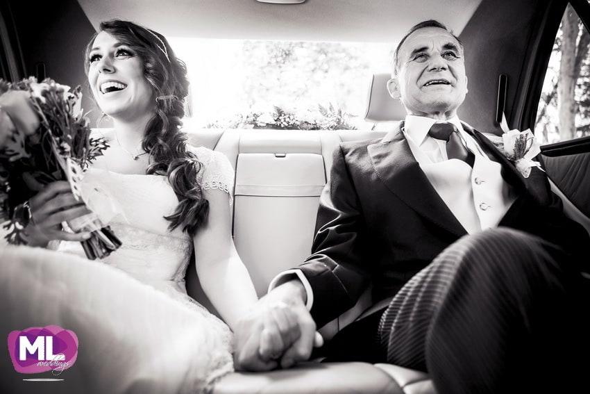 La novia y el padrino en el coche