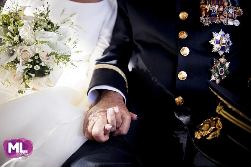 Detalle de la mano de la novia y el padrino